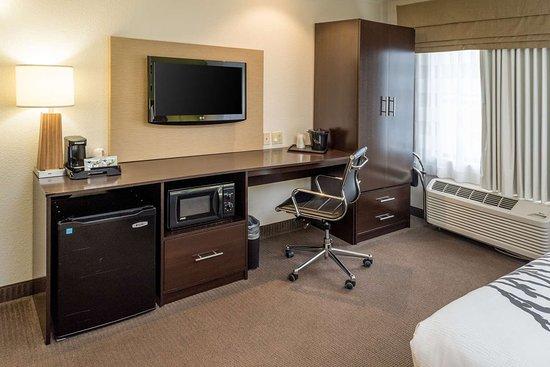 Sleep Inn & Suites: Guest room with added amenities