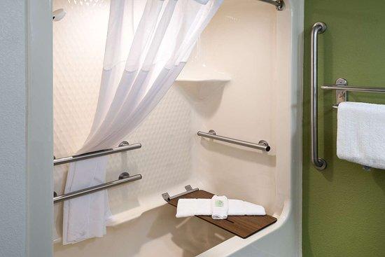 Sleep Inn & Suites: Accessible bathroom in guest room