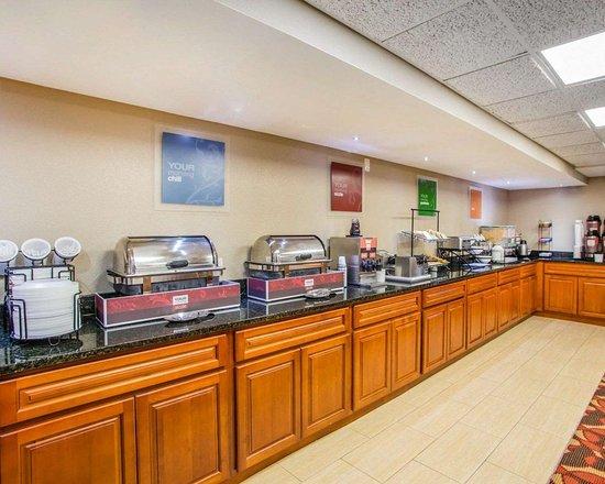 Comfort Inn & Suites: Breakfast counter