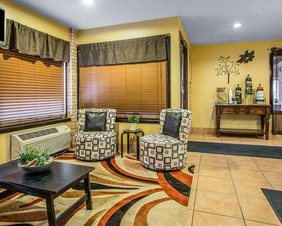Quality Inn Central Wisconsin Airport: Hotel lobby