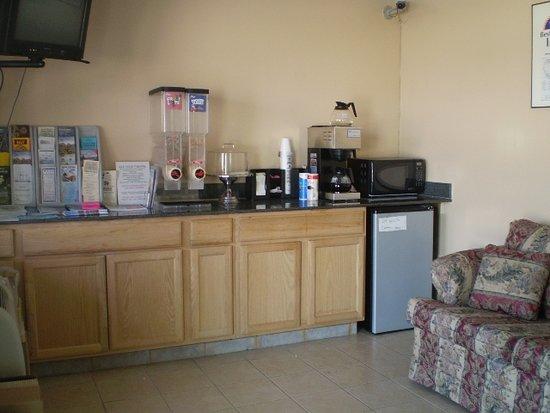 Nassawadox, فيرجينيا: Continental breakfast Area