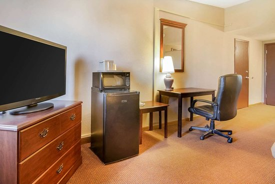 Beaver Dam, WI: Guest room with flat-screen television