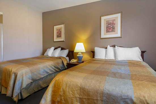 Beaver Dam, WI: Guest room with two beds