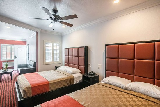 Lynwood, Californie : Spacious room with queen beds