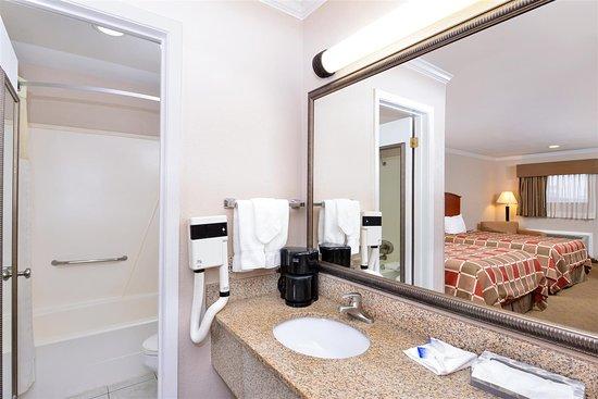 Rockdale, TX: Two Queen Beds Bathroom