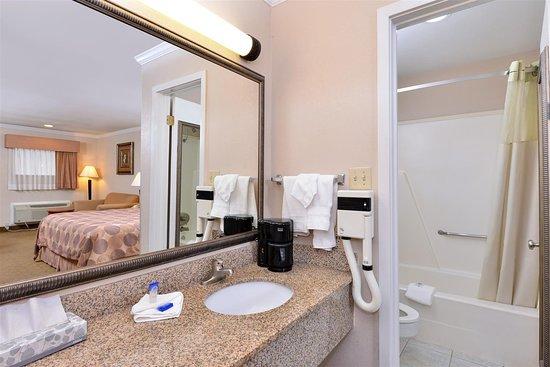 Rockdale, TX: One King Bed Bathroom