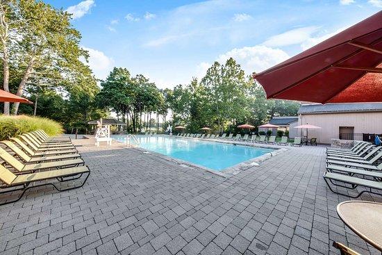Southbury, Коннектикут: Outdoor Heated Salt Water Pool