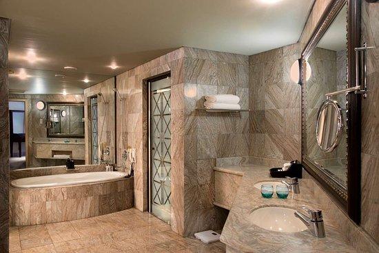 Windhoek Country Club Resort: Windhoek Suite Bathroom