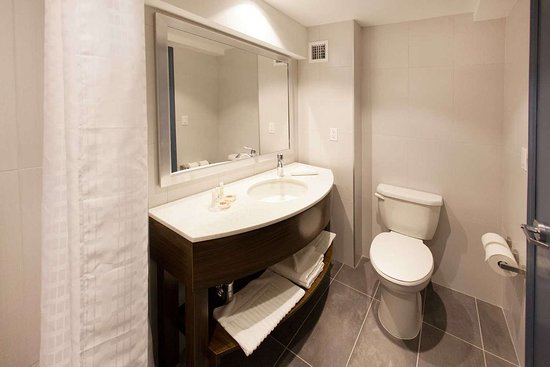 Comfort Inn & Suites: Bathroom in guest room