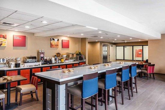 Comfort Suites Airport: Spacious breakfast area