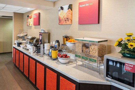 Comfort Suites Airport: Free breakfast