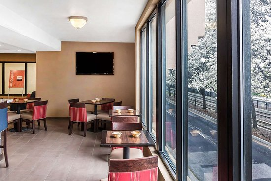 Comfort Suites Airport: Enjoy breakfast in this seating area