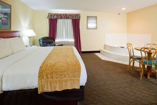 Waseca, MN: King Whirlpool Suite