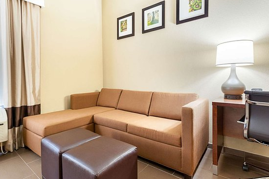Comfort Suites Batesville: Spacious suite with sitting area