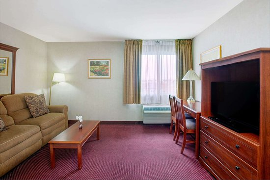 Ramada by Wyndham Hawthorne/Lax: King Guest Room