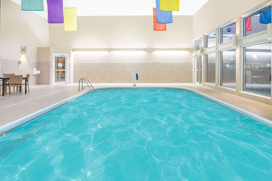 Ramada by Wyndham Springfield North: Pool