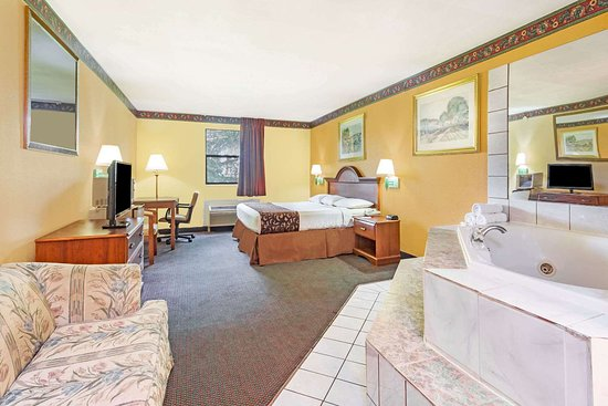Ramada Limited Lake City: 1 King Bed Hot Tub Room