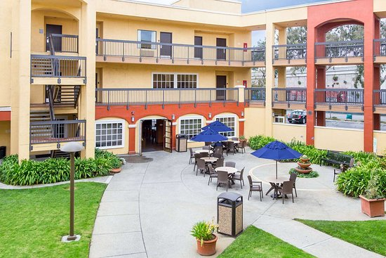 Comfort Inn & Suites San Francisco  Airport North: Relax in the courtyard