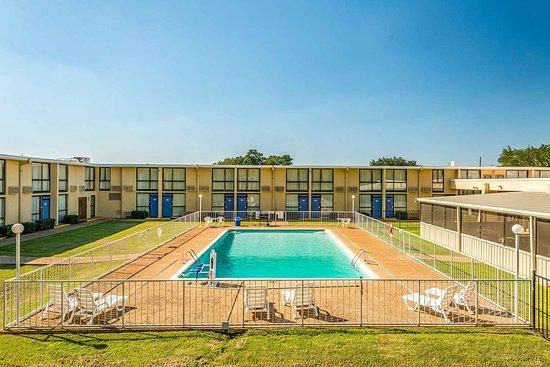 Motel 6: pool