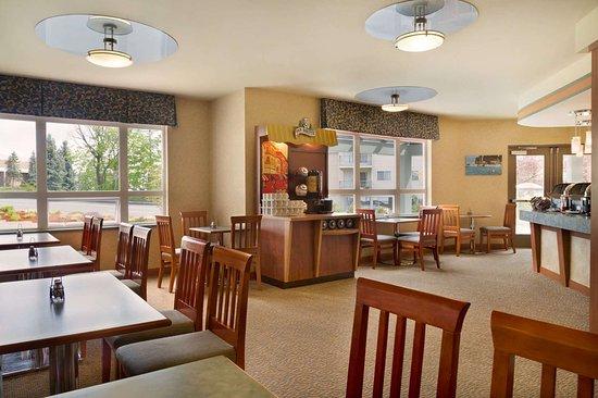 Ramada by Wyndham Nanaimo: Breakfast Area