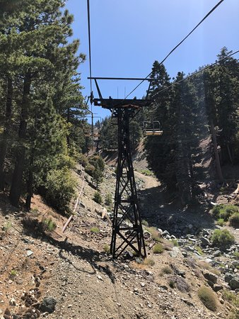 Mount Baldy, Californie : A view from the chairlift going up to the restaurant.