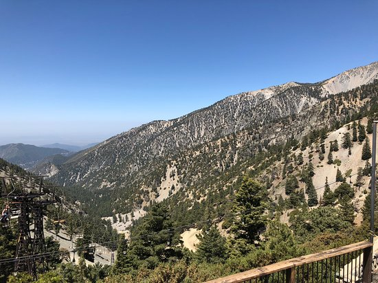 Mount Baldy, Californie : The view from the deck where there is plenty of seating for outside dinning.