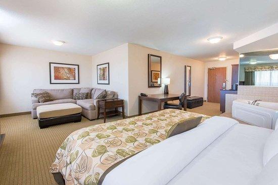 Wainwright, Kanada: 1 King Bed Hot Tub Suite