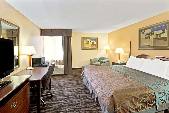 Ramada by Wyndham Statesville: Guest room