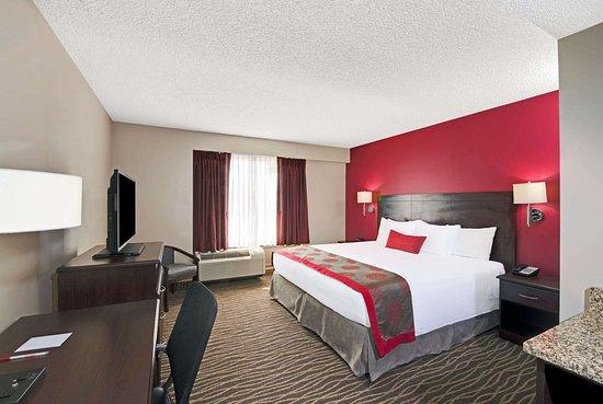 Columbus, NE: 1 King Bed Room