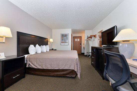 Stuart, IA : One King Bed Guest Room