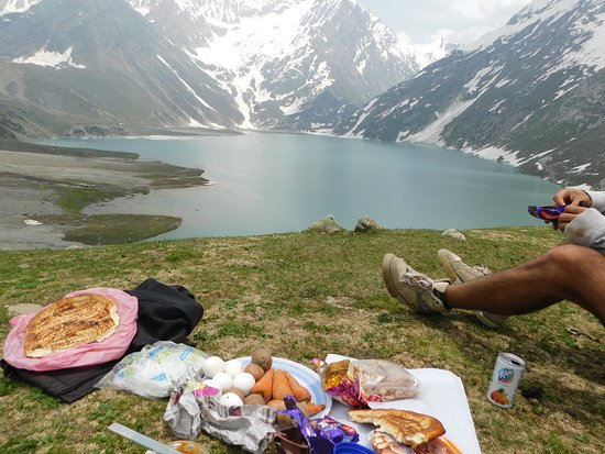 Pahalgam, India: Here we are eating lunch and witness this Padarise