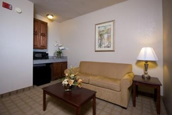 Russellville, AL: King Bed Guest Room - Sitting Area