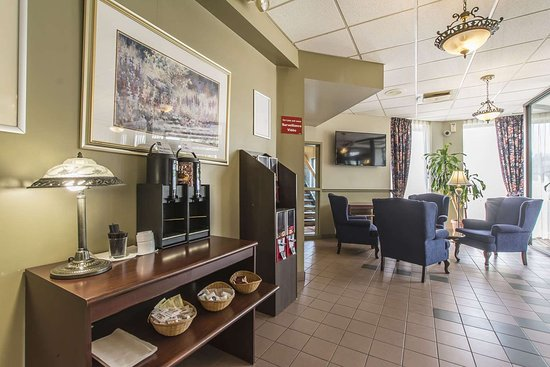 Quality Hotel & Suites: Enjoy coffee in the lobby