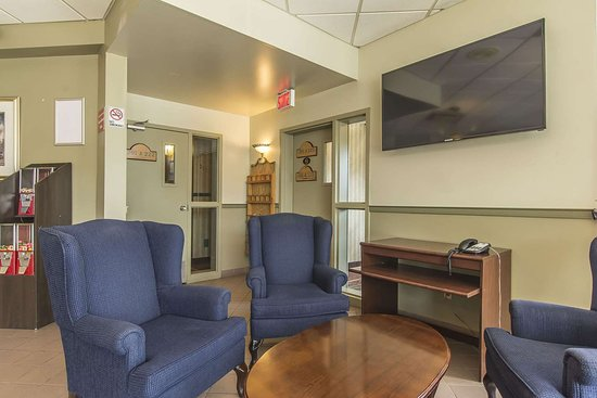 Quality Hotel & Suites: Lobby with sitting area