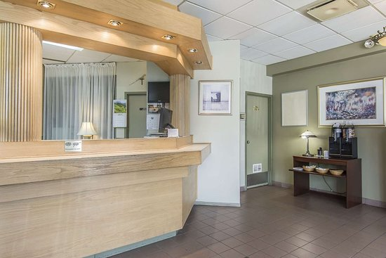 Quality Hotel & Suites: Front desk