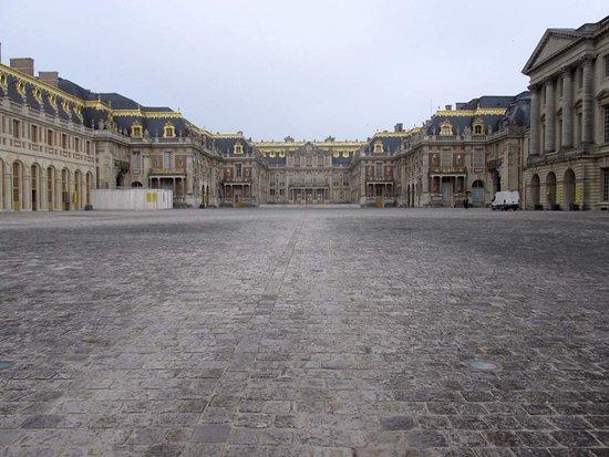 Château de Versailles : 左手に手前に伸びた建物の先端がA入口