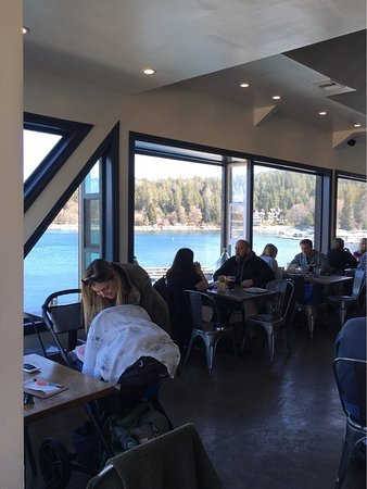 Lake Arrowhead, CA: Tables at the back of the room, overlooking the lake