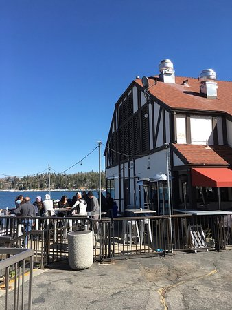 Lake Arrowhead, CA: The front of the restaurant, outside patio on the left.