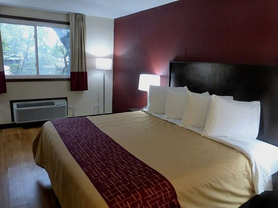 Alsip, IL: 1 King Bed
