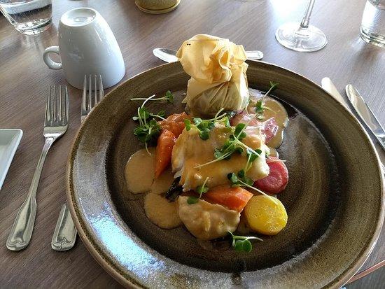 Sommaroy, Norway: Dampa torskenakke anrettet på en seng av perfekt kokte grønnsaker, potetpure kunstnerisk dandert