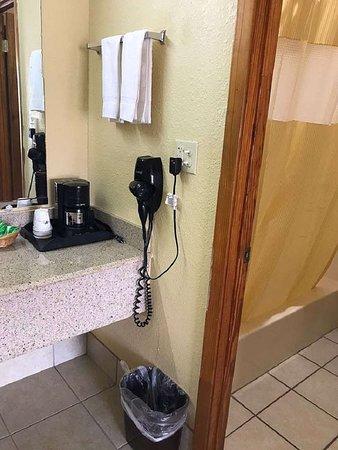 Indianola, MS: Guest Bathroom
