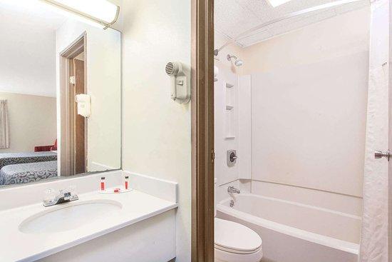 McGraw, Estado de Nueva York: Guest room bath
