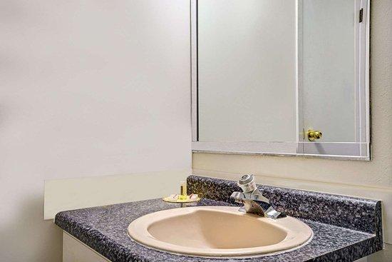 Days Inn by Wyndham Red Wing: Bathroom