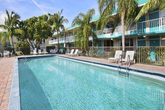Days Inn by Wyndham Fort Pierce Midtown : Pool