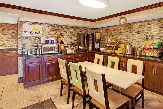 Ridgefield, NJ: Breakfast Area