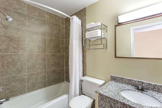 Plymouth, IN: Guest room bath