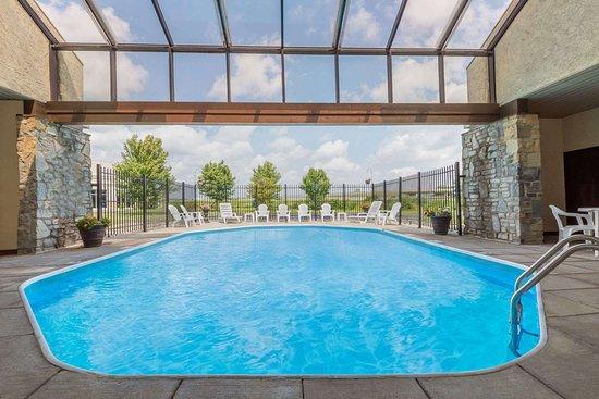 Days Inn by Wyndham Maumee/Toledo: Pool