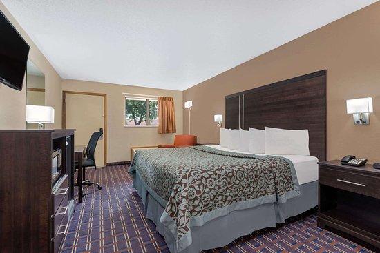 Days Inn by Wyndham Maumee/Toledo: Guest room