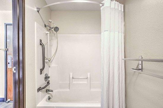 Le Roy, IL: Guest room bath