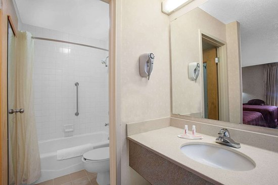 Perryville, MD: Guest room bath